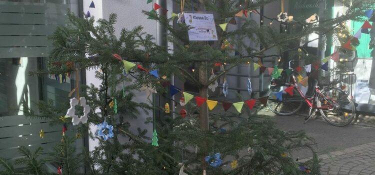 Aktion: Weihnachtsbaumschmücken in der Stadt Rottenburg